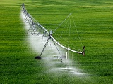 What is the working principle of the center pivot irrigation system?